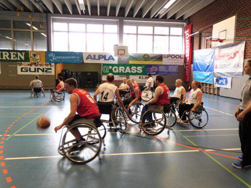 Rasante Spiele der Rollstuhlbasketballer boten dem Publikum spannenden Sport im Altacher KOM.
