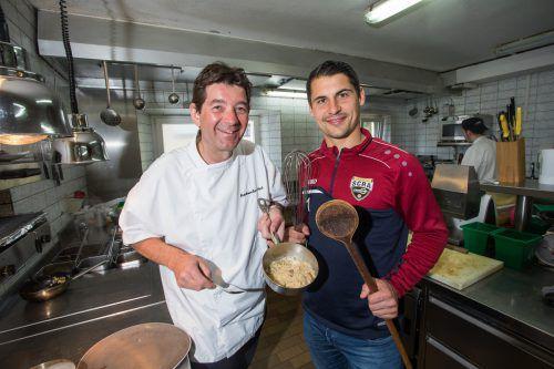 Roland Vith gab Martin Kobras in der Küche des Rankweiler Hofs ein paar Tipps zum Gelingen eines besonderen Menüs.Steurer