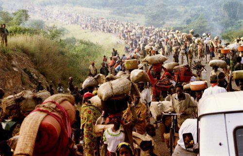 Ruandische Flüchtlinge überqueren im Mai 1994 die Grenze nach Tansania. Der Abschuss der Präsidentenmaschine am 6. April war der Auftakt zum Genozid. reuters