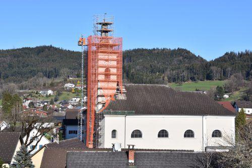 Seit Kurzem ist der Turm der Pfarrkirche Satteins eingepackt. Metzler