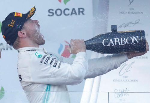 Sieger und WM-Spitzenreiter Valtteri Bottas gönnte sich zur Feier des Tages einen ordentlichen Schluck aus der Champagner-Pulle.REUTERS