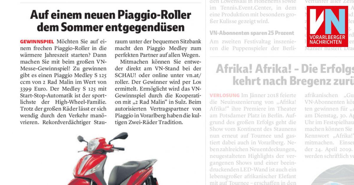 Auf Einem Neuen Piaggio Roller Dem Sommer Entgegendüsen