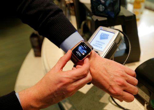 Sparkassen- und N26-Kunden in Vorarlberg können seit gestern das System Apple Pay nutzen. In den USA wurde das System 2014 eingeführt. Reuters