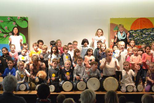 Spielen – Tanzen – Singen: Die Kinder des Kindergartens Heilig-Kreuz waren mit Begeisterung bei der Sache.EM