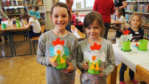 Stolz präsentieren Annika und Frieda ihre selbstgebastelten Kunstwerke. egle (2)