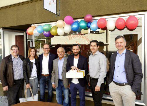 StR. Arno Gächter, Gertraud und Bgm. Dieter Egger, Gunther Fenkart und Markus Schadenbauer (v.l.) gratulierten Mehmet und Erdinc Salkan (Mitte). tf