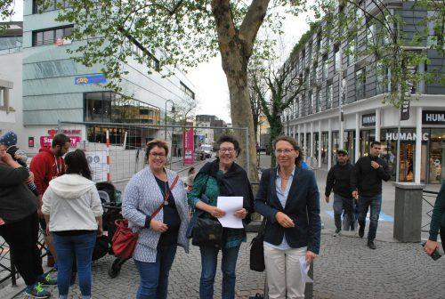 Susanne Fritz, Ingrid Benedikt, Juliane Alton (v.l.) wollen, dass die Platane erhalten bleibt. erh