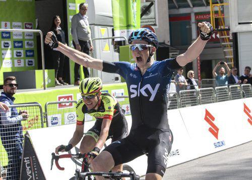 Tao Geoghegan Hart vom Team Sky gewinnt in Kufstein, links von ihm Team-Vorarlberg-Fahrer Roland Thalmann.apa