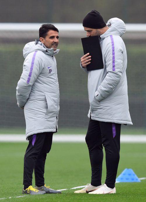 Tottenham-Trainer Mauricio Pochettino (rechts) will vor dem Hinspiel im rein englischen Viertelfinalduell gegen Manchester City noch nicht allzu viel verraten.Reuters