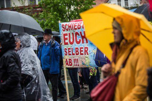 Trotz strömenden Regens versammelten sich die Demonstranten in Hard. VN/Steurer
