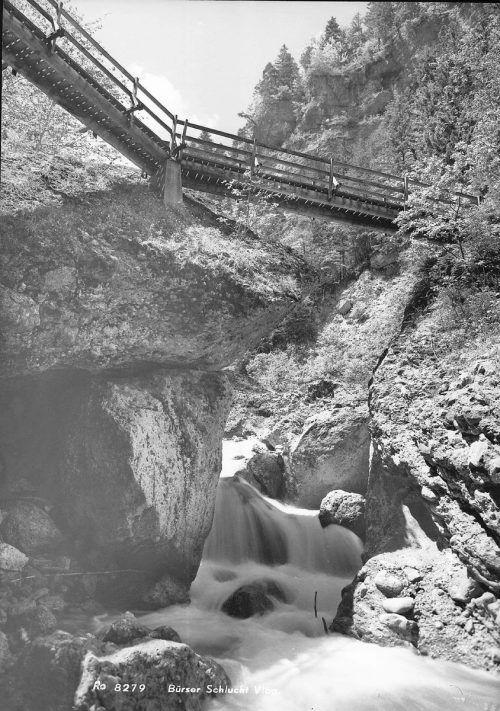 Über diverse Brücken gelangt man über den Alvierbach.