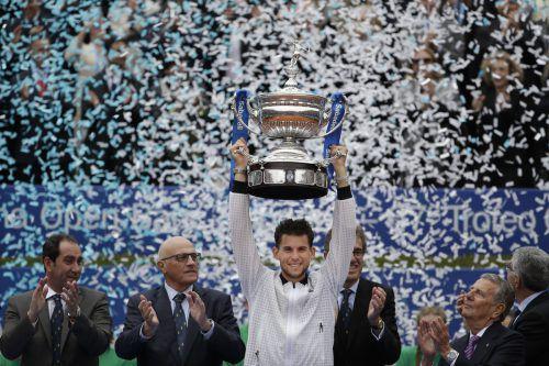 """Überglücklich stemmte Österreichs Tennis-Ass Dominic Thiem den nach eigenen Angaben """"sehr schweren"""" Siegerpokal des ATP500-Turniers von Barcelona in den Konfettiregen.AP"""