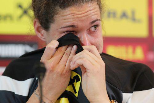 Unter Tränen erklärte Nina Burger ihren Rücktritt als Profifußballerin. gepa