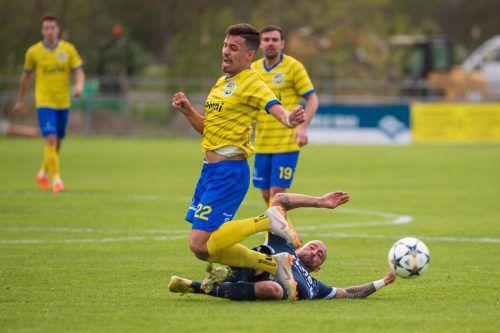 VfB-Spieler Matija Milosavljevic (Nummer 22) kann nur durch ein Foul gestoppt werden, Teamkollege Kevin Dold (im Hintergrund) schaut zu.VN-Stiplovsek