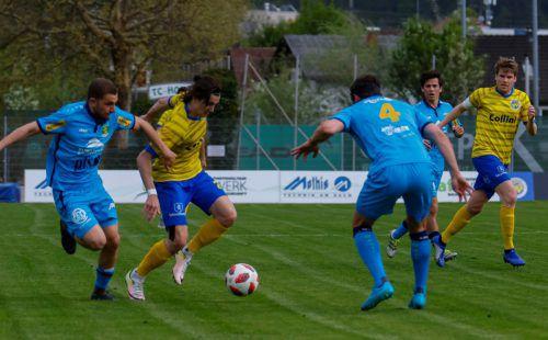 Viel zum Spiel gegen die Gäste aus Kitzbühel steuerte auch einer der Offensivakteure beim VfB Hohenems, Jan Stefanon (gelbes Trikot, links), bei.VN-Paulitsch