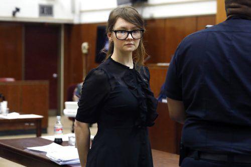 Vor Gericht fand Sorokins Kleiderwahl besondere Beachtung. Über Wochen hatten Medien über die stets eleganten Outfits der Angeklagten diskutiert. AP
