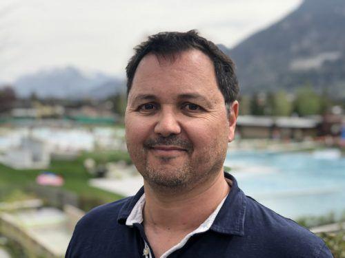 Walgaubad-Chef Oliver Tschabrun freut sich über das gute Wetter.VN/gms