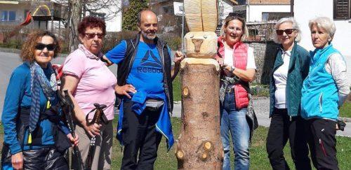 Wandergruppe von perpedales am Dorfplatz in Lingenau. radteam