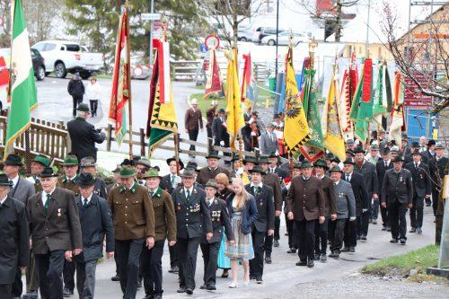 Zahlreiche Fahnenabordnungen marschierten zum Gefallenengedenken bei der Pfarrkirche auf. MEK