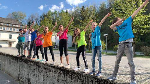 """Zahlreiche Schüler beteiligten sich beim Musikvideo zu """"Engel laufen für Engel""""."""
