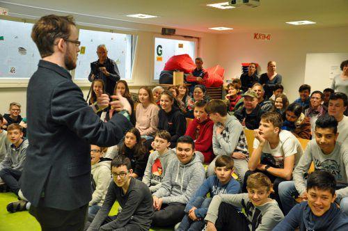 Zur Projektvorstellung waren Mitschüler, Eltern und Lehrpersonen in die MS Lustenauer Straße gekommen. lcf