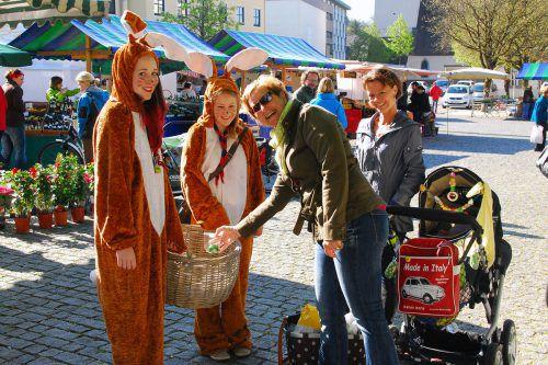 Zwei Osterhasen überbringen heute am Rankler Wochenmarkt einen Ostergruß. rankweil