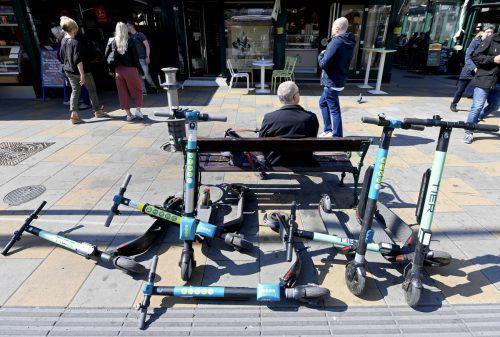 15.000 E-Scooter gibt es in Paris, bis Jahresende sollen es 40.000 sein. Nicht nur Paris kämpft gegen unachtsam abgestellte E-Scooter, in Wien sorgen sie auch für Ärger. APA
