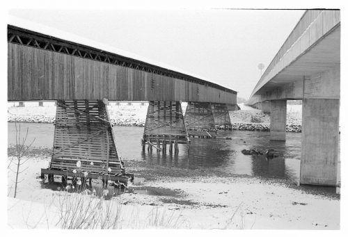 1981: Die Holz- und die neue Betonbrücke stehen beide noch.