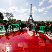 Umweltaktivisten vergießen Kunstblut vor dem Eiffelturm