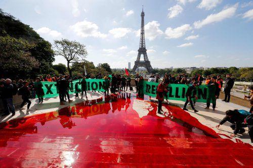 300 Liter Kunstblut färbten den Trocadero-Platz rot. AFP