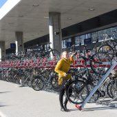Fahrradfahren und Öffis lassen sich geschickt kombinieren