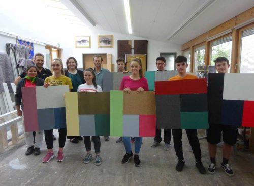 """An der Arbeit bei fetzcolor: Die Jugendlichen erarbeiteten mit Firmenchef Michael Fetz und Daniela Moosbrugger ihr erstes """"Moodboard""""."""