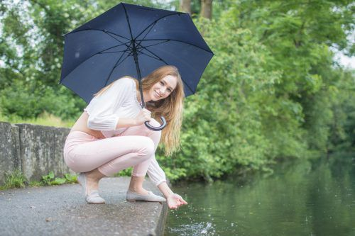 Anbaden bei Regen ist nicht jedermanns Sache: Bei Milanka aus Hohenems fällt der Start in die Badesaison heuer definitiv ins Wasser. VN/Sams