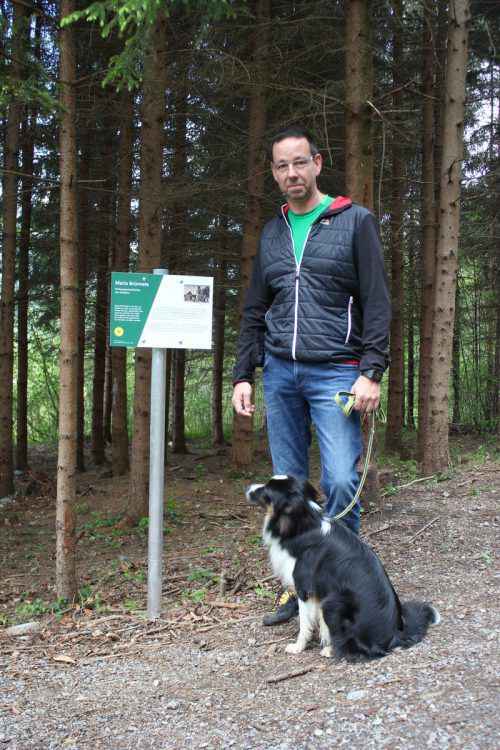 Andreas Radl mit Hund Frodo begutachtet eine der Thementafeln. vn/jlo