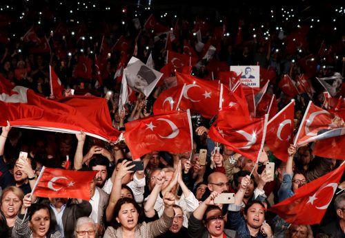 Anhänger der oppositionellen CHP protestieren gegen die Annullierung der Bürgermeisterwahl in Istanbul. reuters