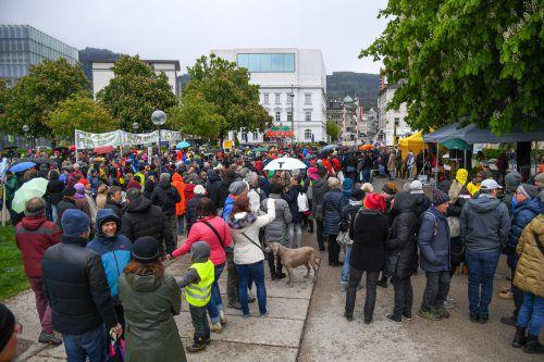 Auch das ungemütliche Wetter hielt die Demonstranten nicht ab. VN/Lerch