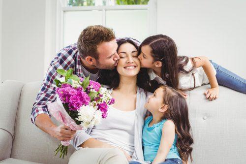 Auch Männer drücken ihre Wertschätzung gerne mit Blumen aus. Shutterstock