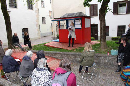 Auf der Bühne des Teehauses wurde am Raiffeisenplatz Literatur gelesen. heilmann