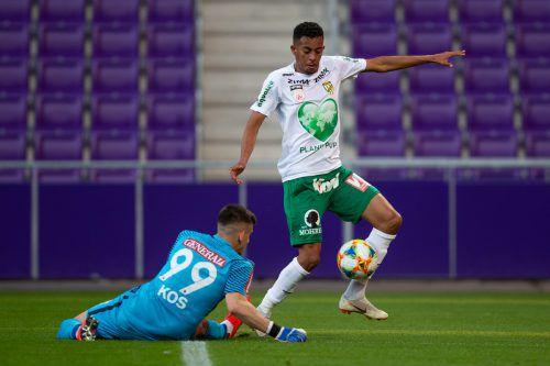 Austrias Lucas Barbosa (im Bild gegen Torhüter Mirko Kos) gelang wie Marcel Canadi ein Doppelpack. Beide halten nun bei je sechs Saisontreffern.gepa