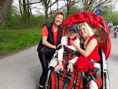 Bärbel Deeg (l.) macht mit Gerda Schögl und ihrer Tochter Anita eine Rikscha-Ausfahrt.
