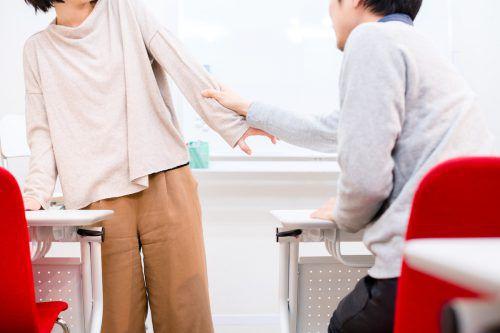 Bedrohungsszenario in einer Schulklasse. Besonders Lehrerinnen fühlen sich gegenüber kräftigen Jugendlichen oft hilflos.Symbolbild: Fotolia