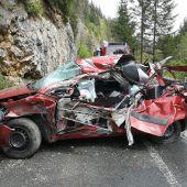 Auto von Felsbrocken getroffen