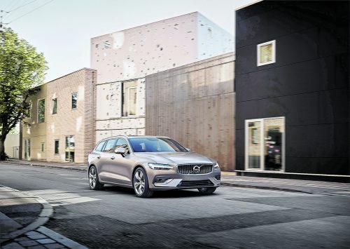 Bei der Erneuerung des Mittelklassekombis haben die Volvo-Designer dem V60 die nunmehr markentypische Tagfahrlichtsignatur verpasst.