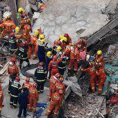 Gebäude in Schanghai stürzt ein