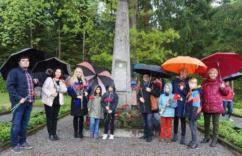 Bei strömendem Regen gedachten Menschen aus russischsprachigen Ländern, Vorarlberger, Schweizer und Liechtensteiner der verstorbenen Kriegsgefangenen.