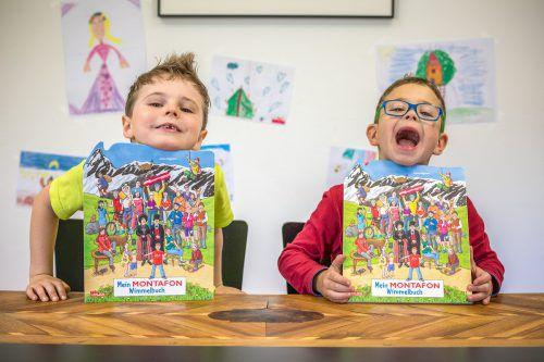 Ben Köberle und Daniel Zugg haben sichtlich Spaß mit dem Wimmelbuch. MT/Haller
