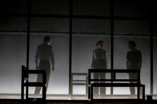 Bérénice Hebenstreit hat in der Ausstattung von Mira König inszeniert. Die Handlungszeit des Stücks wird zitathaft in den Kostümen angedeutet.