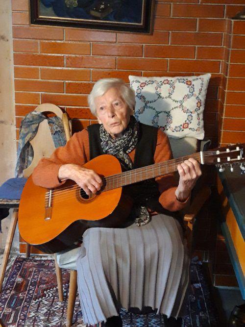 Besuchern spielt Frida gerne ein Lied auf der Gitarre vor und singt dazu. Karin Lässer