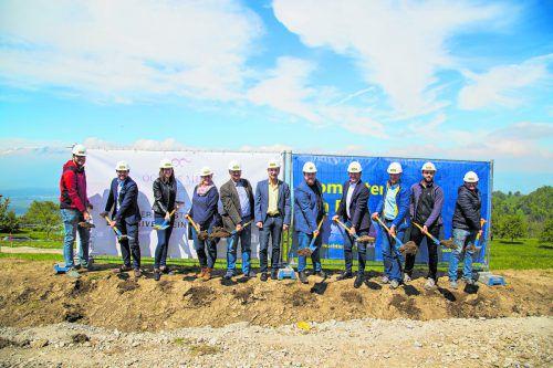 Bürgermeister, Architekt, Projektverantwortliche und Vertreter der Baufirma nahmen den Spatenstich vor.Bilder: Inside96