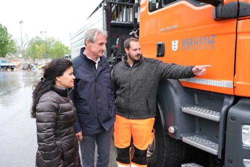 Bürgermeister Markus Linhart und Vizebürgermeisterin Sandra Schoch überzeugten sich vor Ort über die Funktionsweise der neuen Sicherheitseinrichtung.